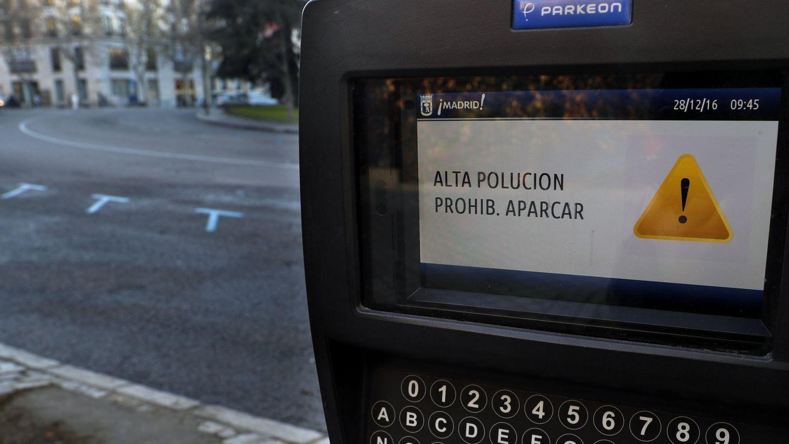 Foto: Un parquímetro del centro del Madrid avisa de que no se puede aparcar por alta contaminación. (Efe)
