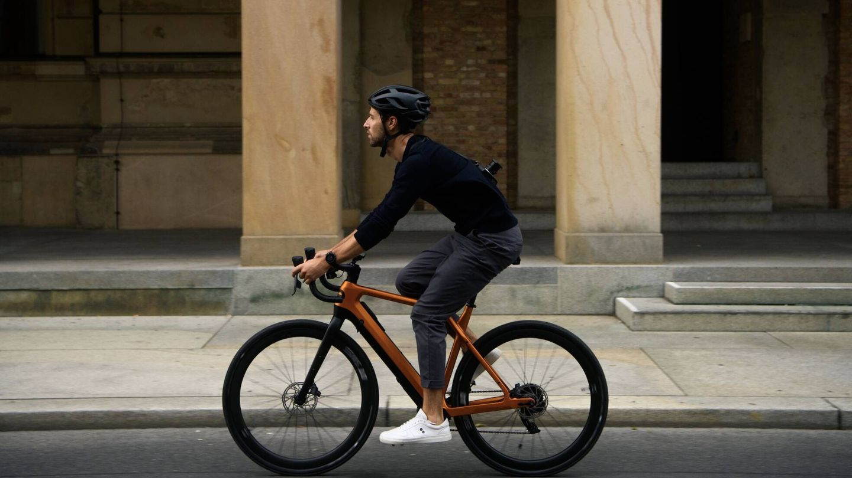 De la Cyklaer se ofrecen tres versiones, como la e-Gravel sin soporte de transporte posterior, que cuesta 6.999 euros. Hay tres colores y cuatro tallas para elegir.
