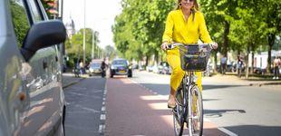 Post de Máxima de Holanda y su llamativo look amarillo para ir en bici al museo