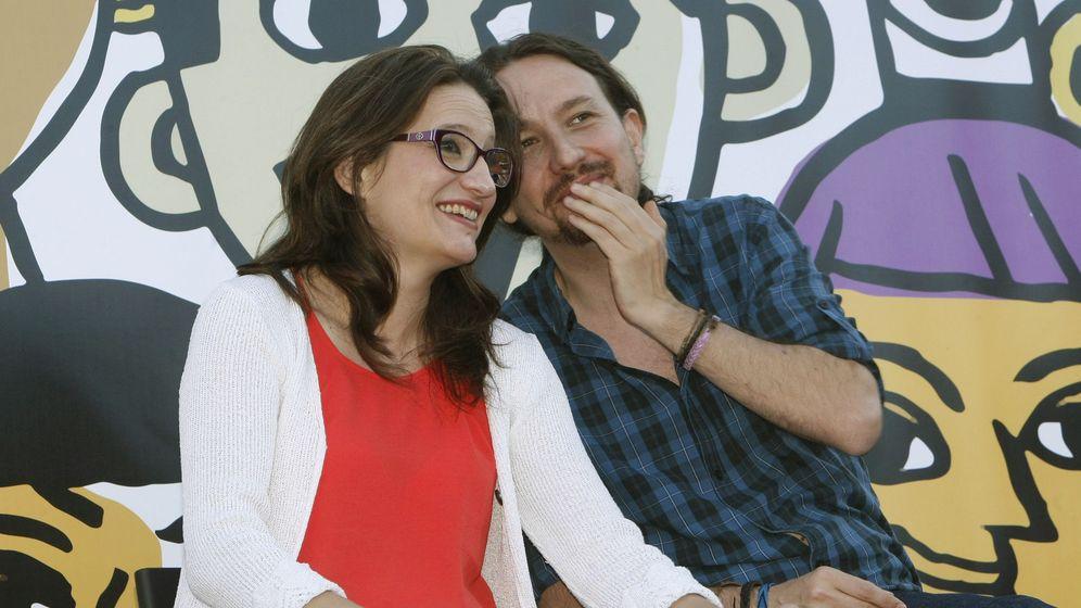 Foto: El líder de Podemos, Pablo Iglesias (d), conversa con la líder de Compromís, Mónica Oltra, durante un mitin en las elecciones generales. (EFE)