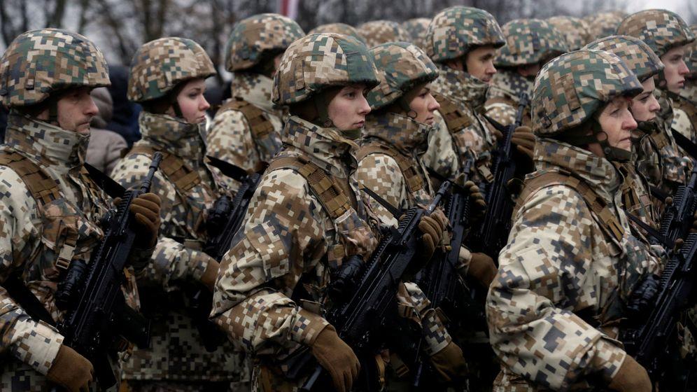 Foto: Miembros de la Guardia Nacional de Letonia asisten a un desfile del Día de la Independencia en Riga, el 18 de noviembre de 2016. (Reuters)