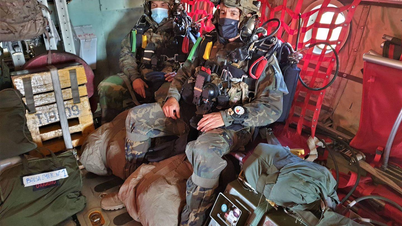 Paracaidistas de la BRIPAC con el equipo de oxígeno a bordo de un C-295 (Foto: Juanjo Fernández)