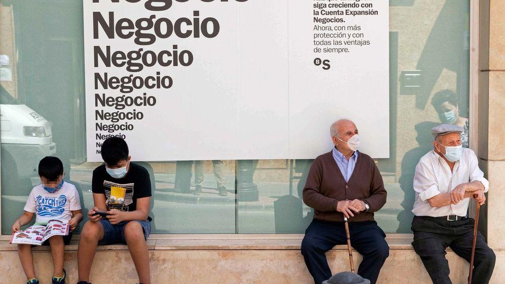 Foto: Dos ancianos y dos niños con mascarilla en Archena. (Murcia)