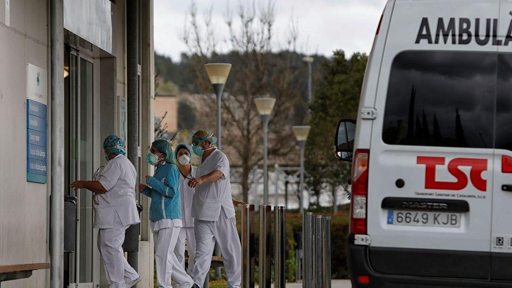 Foto: Personal del Hospital de Igualada (Barcelona) donde, al margen del estado de alerta que vive toda España, permanecen en confinamiento desde el pasado. (EFE)