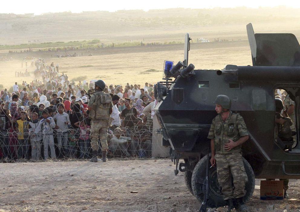 Foto: Soldados turcos protegen la frontera cercana a Suruc ante la llegada de refugiados kurdos de Siria. (Reuters)