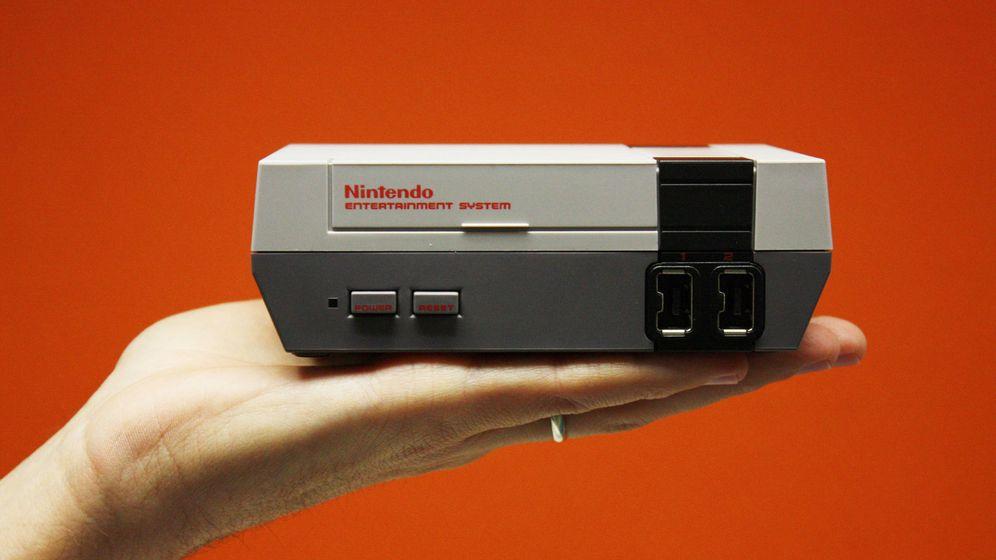 Foto: El modelo en miniatura de la NES cabe en la palma de la mano. (Enrique Villarino)