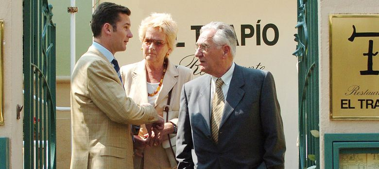 Foto: Iñaki Urdangarin con sus padres, Juan María Urdangarin y Claire Liebaert Courtain. (I.C.)
