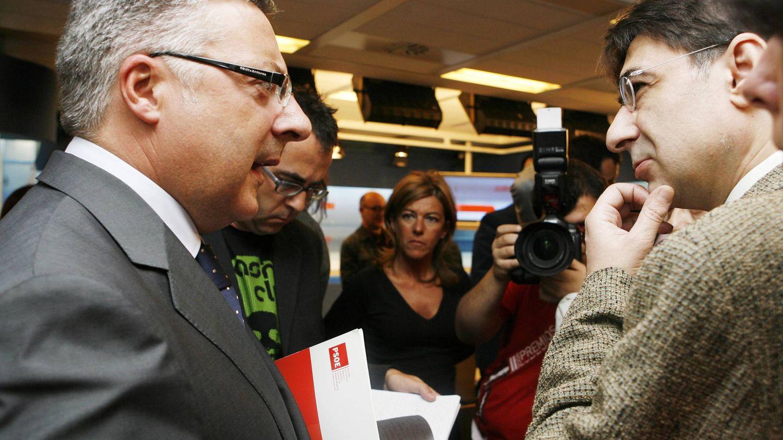 El periodista Gonzalo López Alba, con José Blanco, ex vicesecretario general y exsecretario de Organización del PSOE, en la sala de prensa de Ferraz. (Inma Mesa | PSOE)