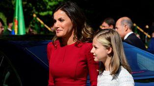 La reina Letizia, de rojo y a juego con la Santina en la visita de Leonor a Covadonga
