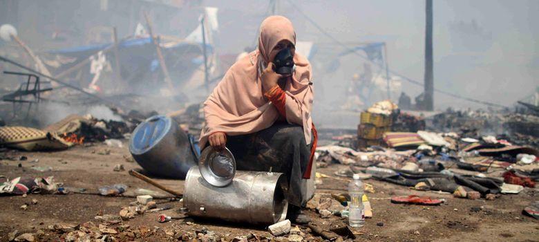 Foto: Un manifestante sentado entre los escombros se cubre el rostro. (EFE)