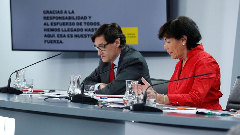Foto: El ministro de Sanidad, Salvador Illa (i), y la ministra de Educación, Isabel Celaá. (EFE)