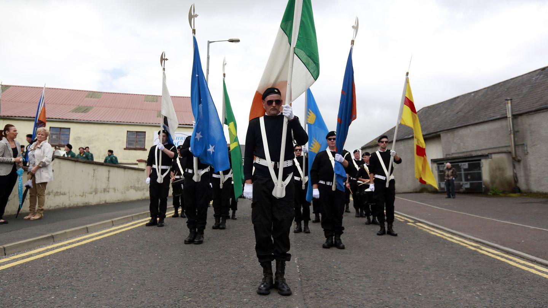 Un desfile republicano en honor de los miembros muertos del IRA en Castlederg (Reuters).