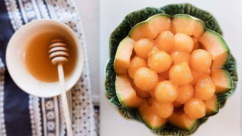 Cesta de bolas de melón con salsa de naranja y miel, refrescante postre estival