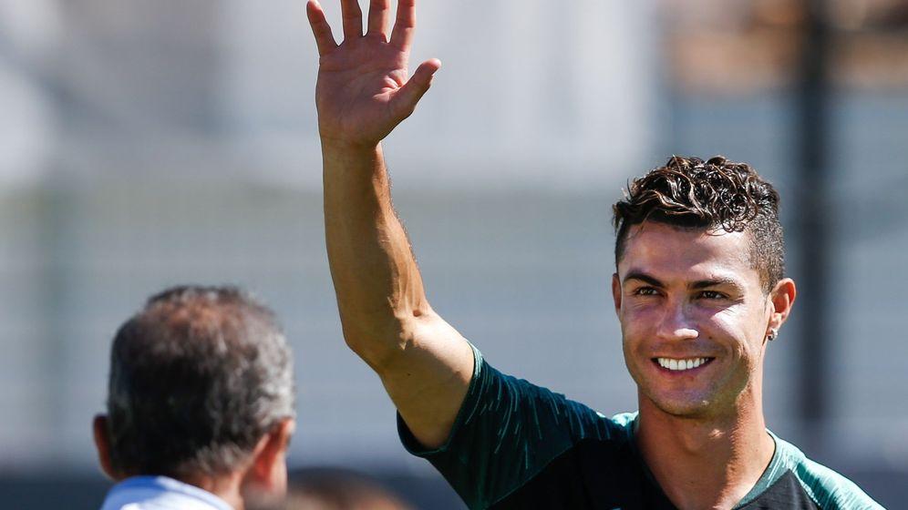 Foto: Cristiano Ronaldo, sonriente, durante un entrenamiento con la Selección de Portugal para jugar la Liga de las Naciones. (Efe)