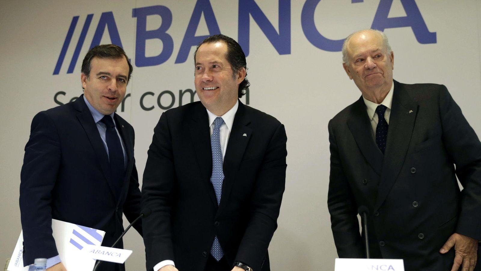 Foto: El presidente de Abanca, Javier Etcheverría, el vicepresidente Juan Carlos Escotet y el consejero delegado Francisco Botas. (EFE)
