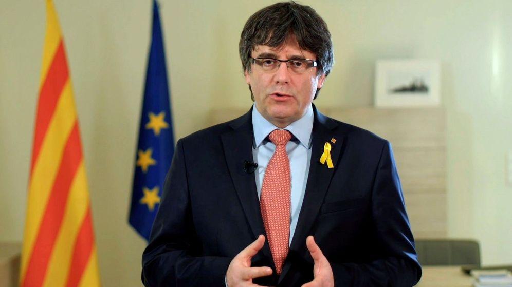 Foto: Imagen del vídeo difundido a través de las redes sociales, en el que Carles Puigdemont ha anunciado que renuncia de manera provisional. (EFE)