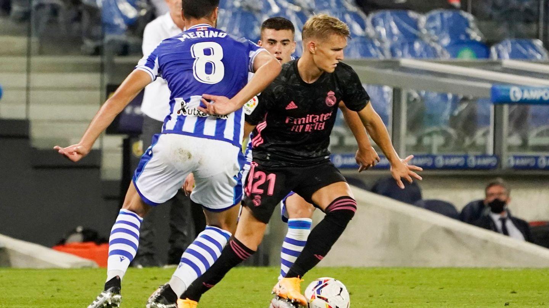 Odegaard, ante Mikel Merino, en el partido de Liga contra la Real Sociedad. (EFE)