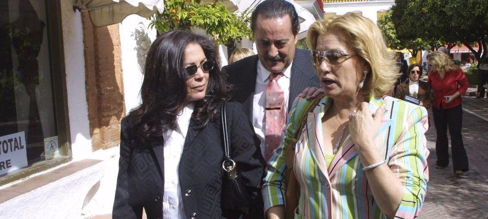 Foto: Mayte Zaldívar, Julián Muñoz e Isabel Pantoja paseando por las calles de Marbella (foto de archivo de Gtres)