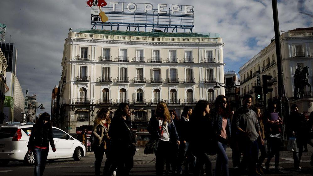 Foto: Vista de la madrileña Puerta del Sol, donde todavía pueden circular algunos vehículos. (EFE)