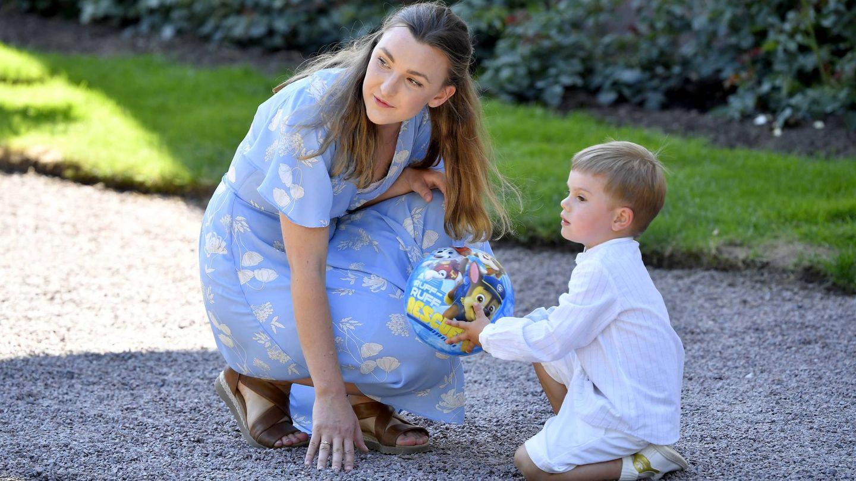 Oscar de Suecia con su nueva niñera. (Cordon Press)