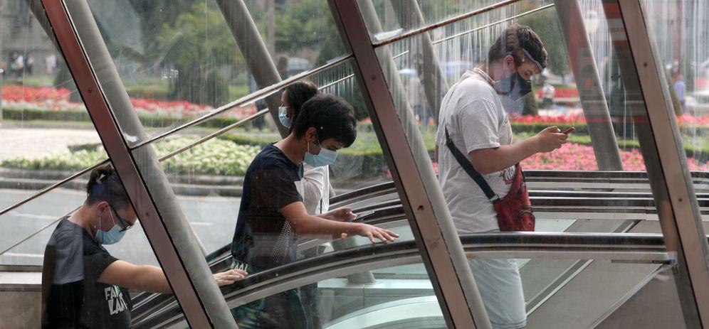 Foto: Jóvenes con mascarillas en la Gran Vía de Bilbao. (EFE)