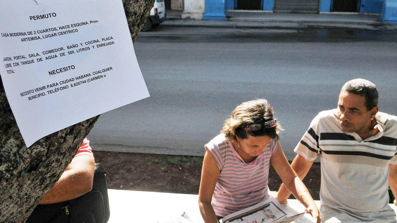 Foto: Reunión informal de 'permuteros' de viviendas en el Prado de la Habana. Desde el 2011, los cubanos pueden comprar y vender casas de modo legal, al margen del mercado negro. (EFE)
