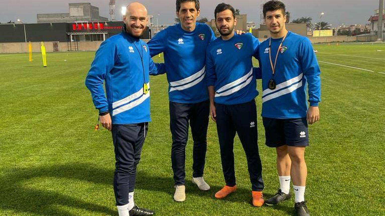 David, a la derecha de la imagen, en un campo de fútbol en Kuwait. (Cedida)