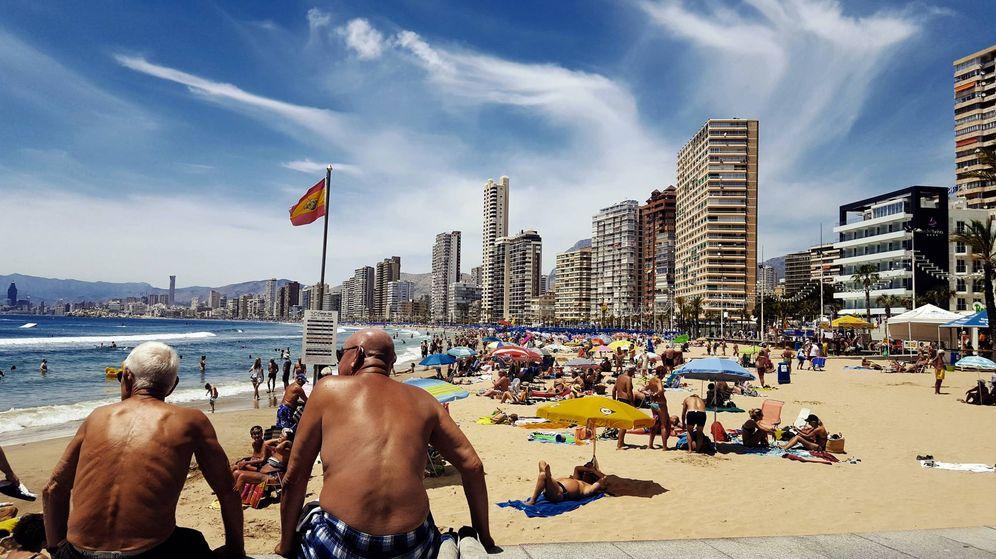 Foto: Turistas británicos disfrutan de la playa de Benidorm (A.P.)