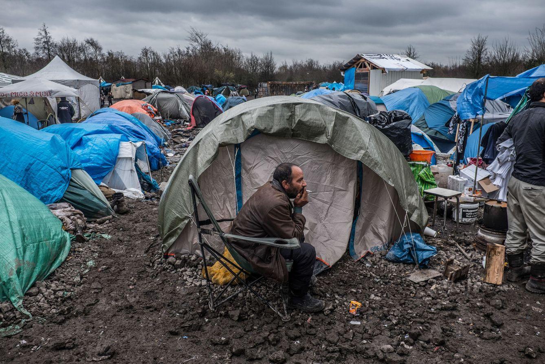 Foto: Un migrante, entre las tiendas de campaña que conforman el campo de refugiados de Grande-Synthe, cerca de Dunkerque, Francia. (Foto: Jordi Oliver)