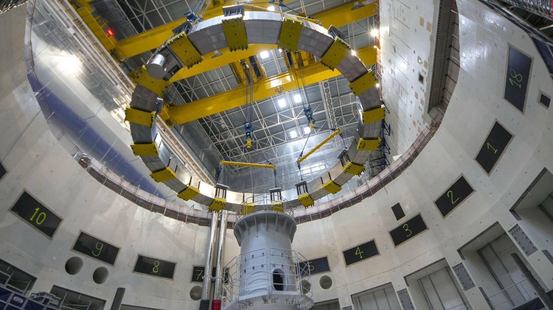 Otra vista de la quinta bobina de campo poloidal descendiendo en el pozo del reactor