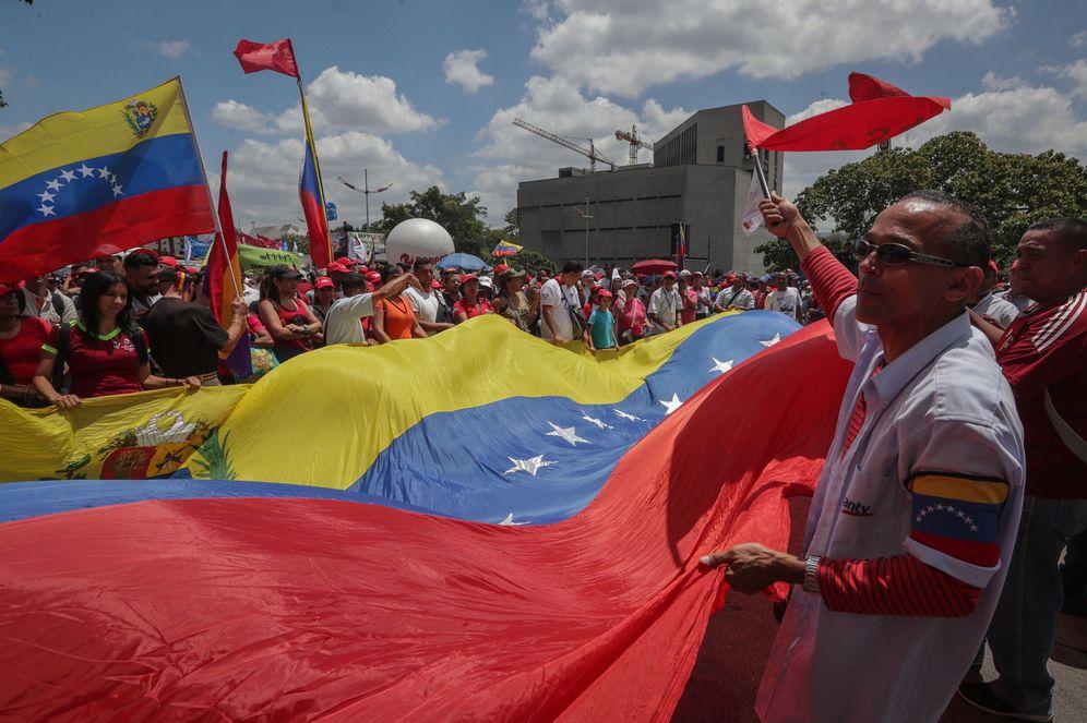 Foto: Seguidores del Gobierno de Nicolás Maduro participan en una marcha de apoyo en Caracas. (EFE)