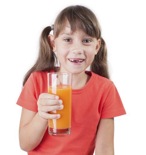 """Foto: Uno de cada ocho menores de tres años en Inglaterra presenta problemas de caries se debe al elevado consumo de zumos de frutas """"orgánicos (iStock)"""