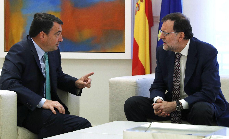 El presidente del Gobierno, Mariano Rajoy, reunido con el portavoz del PNV en el Congreso, Aitor Esteban. (EFE)