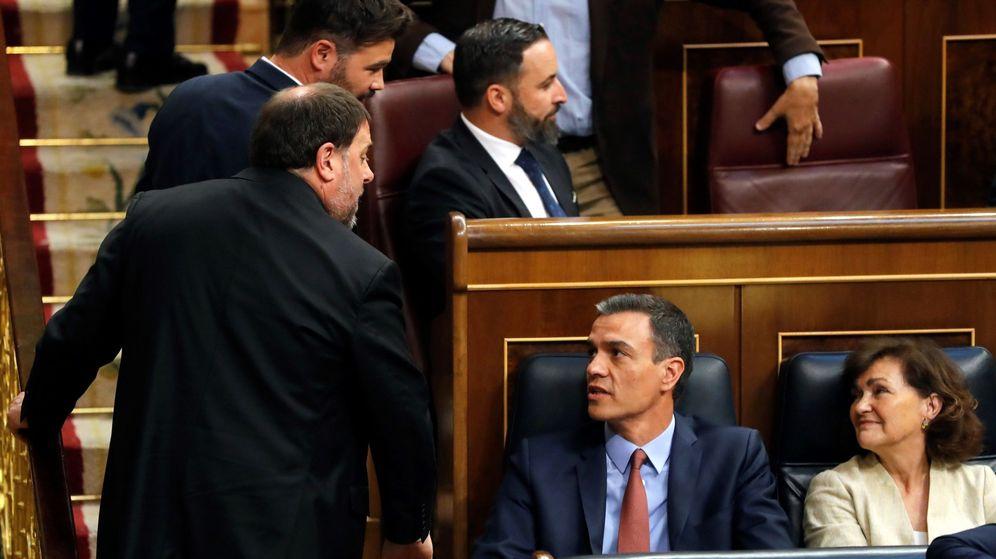 Foto: Pedro Sánchez conversa con Oriol Junqueras durante la constitución del Congreso de los Diputados. (EFE)