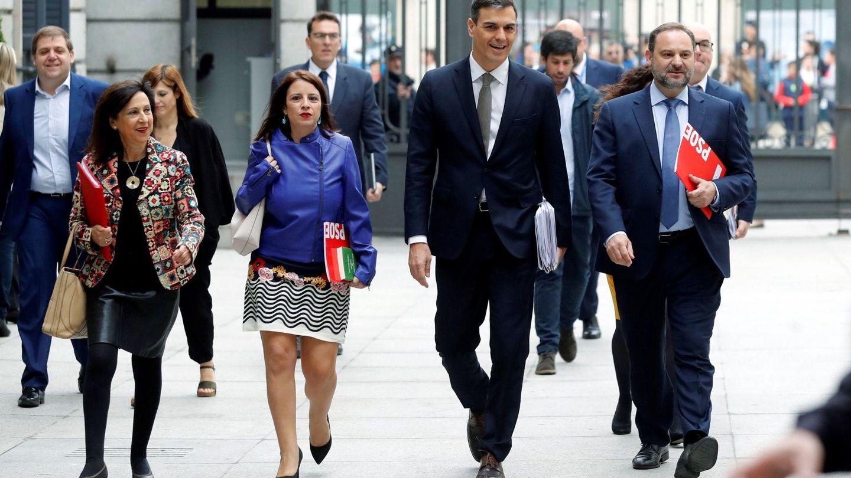 Pedro Sánchez, acompañado por Adriana Lastra, José Luis Ábalos, Margarita Robles y Juanma Serrano (i), este 31 de mayo llegando al debate de la moción de censura. (EFE)