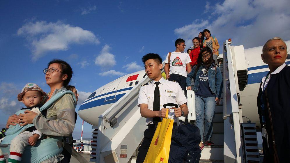 Foto: Pasajeros chinos desembarcan en el aeropuerto internacional de Atenas, en septiembre de 2017. (EFE)