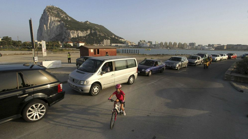 Foto: Un niño pasea con su bicicleta junto a la cola de coches para entrar a Gibraltar, en La Línea de la Concepción (Cádiz). (EFE)