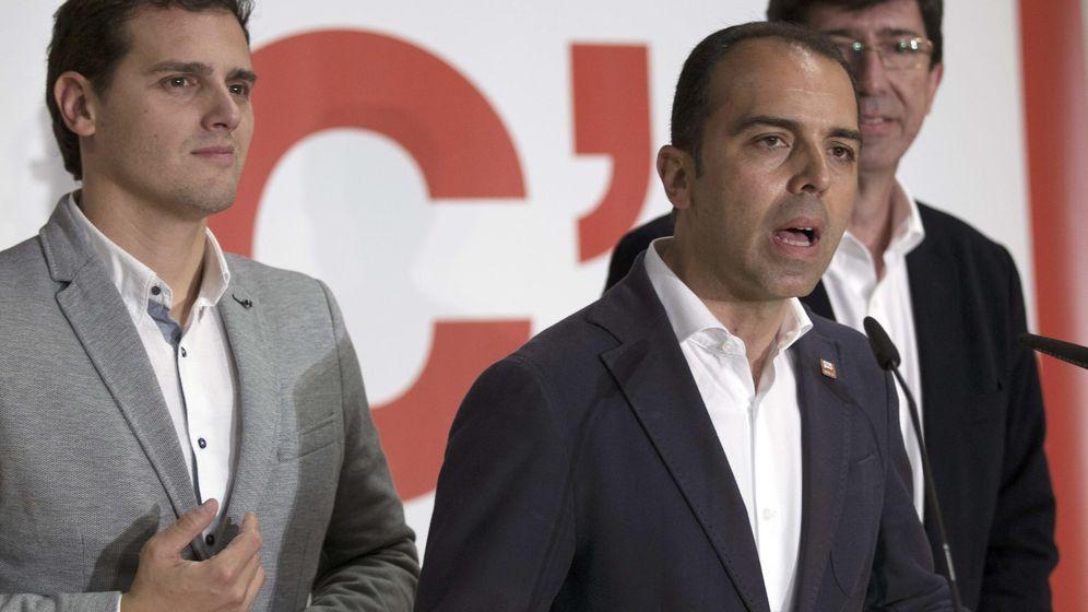 Foto: El portavoz del grupo municipal en el Ayuntamiento de Sevilla, Javier Millán, junto a Albert Rivera y Juan Marín. (EFE)
