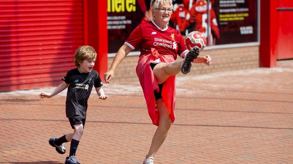 Foto: Una mujer celebra con su nieto el título del Liverpool en los aledaños de Anfield. (Reuters)