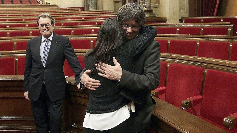 Foto: Marcela Topor abrazando a su esposo, Carles Puigdemont, junto a Artur Mas (EFE)