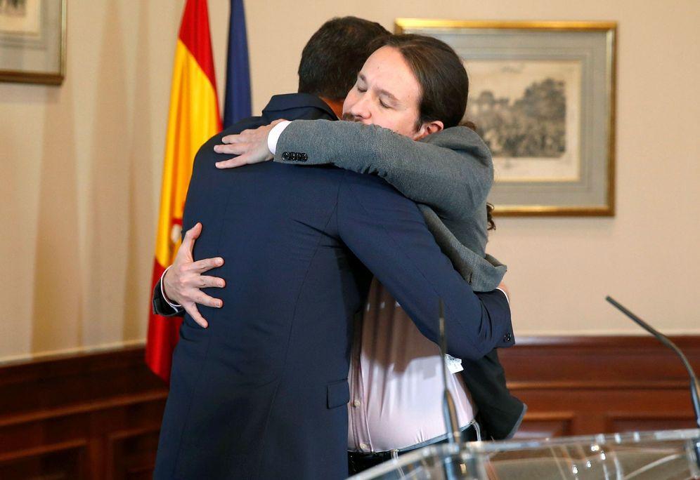 Foto: Pedro Sánchez y Pablo Iglesias se abrazan tras firmar el preacuerdo para el Gobierno de coalición, este 12 de noviembre. (EFE)