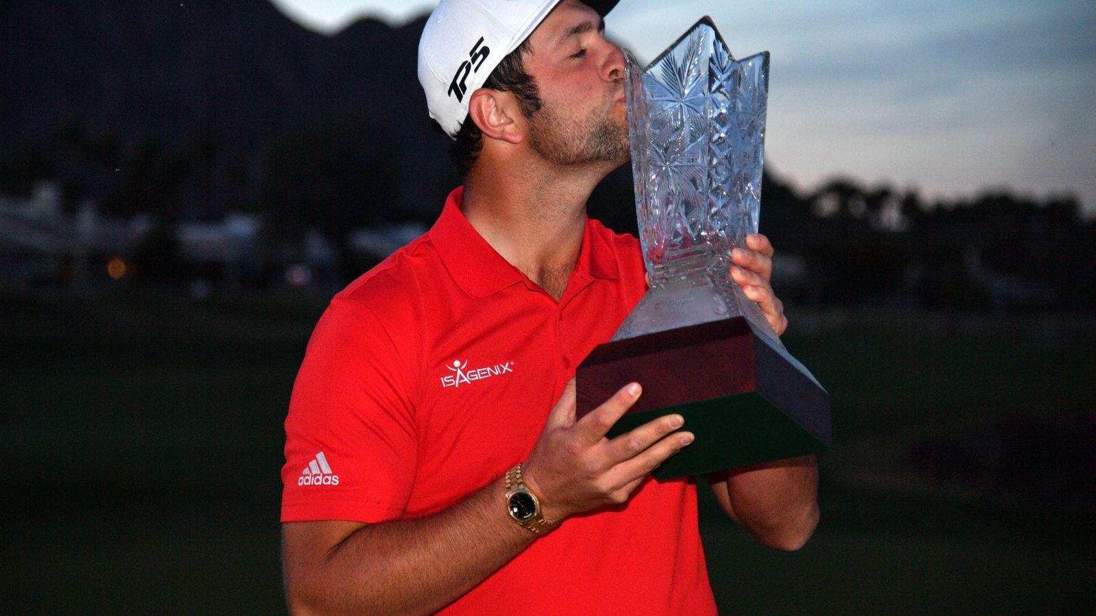 Foto: Jon Rahm, con el trofeo del CareerBuilder Challenge. (EFE)