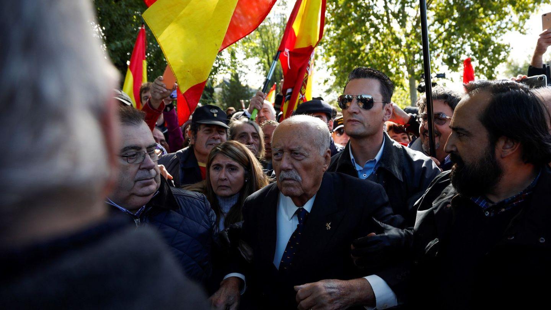 Antonio Tejero, junto a los manifestantes de las inmediaciones del cementerio de El Pardo-Mingorrubio, este jueves. (EFE)