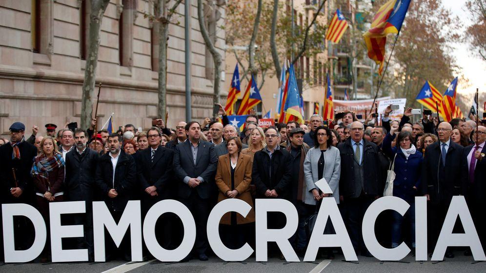 Foto: La llegada de Carme Forcadell al juzgado junto a Mas y Puigdemont, en imágenes