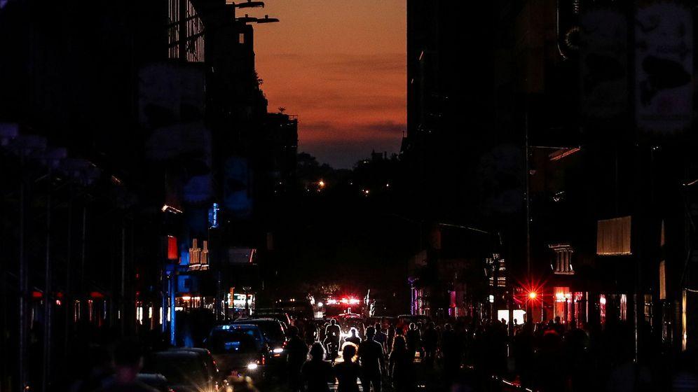 Foto: La gente pasea a oscuras cerca de la zona de Times Square después del apagón que ha dejado sin luz a 72.000 clientes. (Reuters)