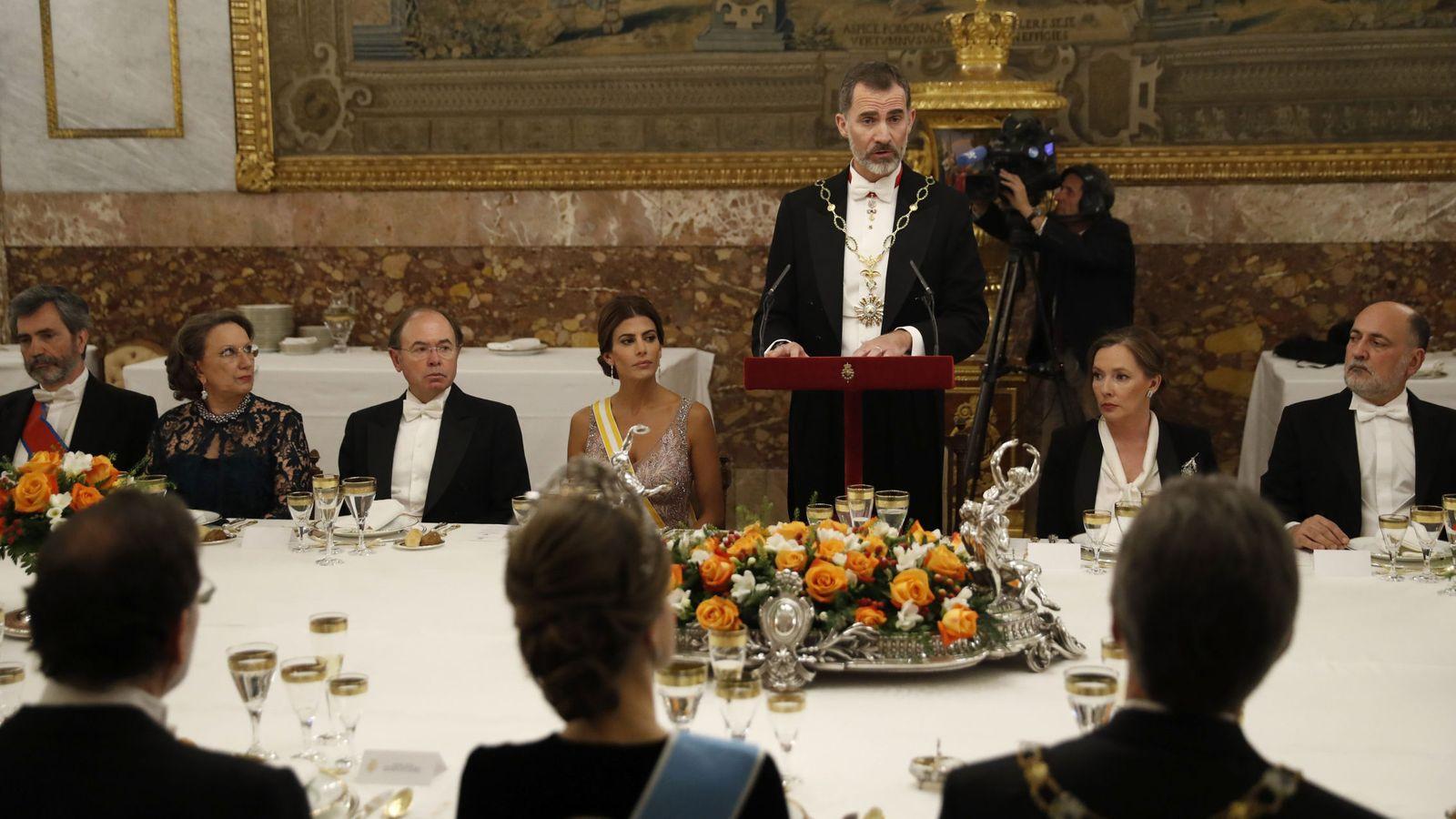 Foto: El rey Felipe, durante su discurso al inicio de la cena de gala ofrecida al presidente de Argentina, Mauricio Macri (dcha., de espaldas) y su esposa, Juliana Awada (4i). (EFE)