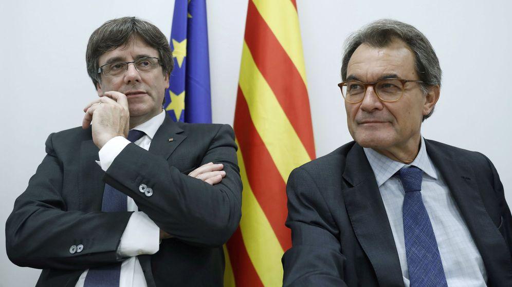 Foto: El presidente de la Generalitat, Carles Puigdemont (i) y el expresidente Artur Mas presiden el Comité Nacional del PDeCAT. (EFE)