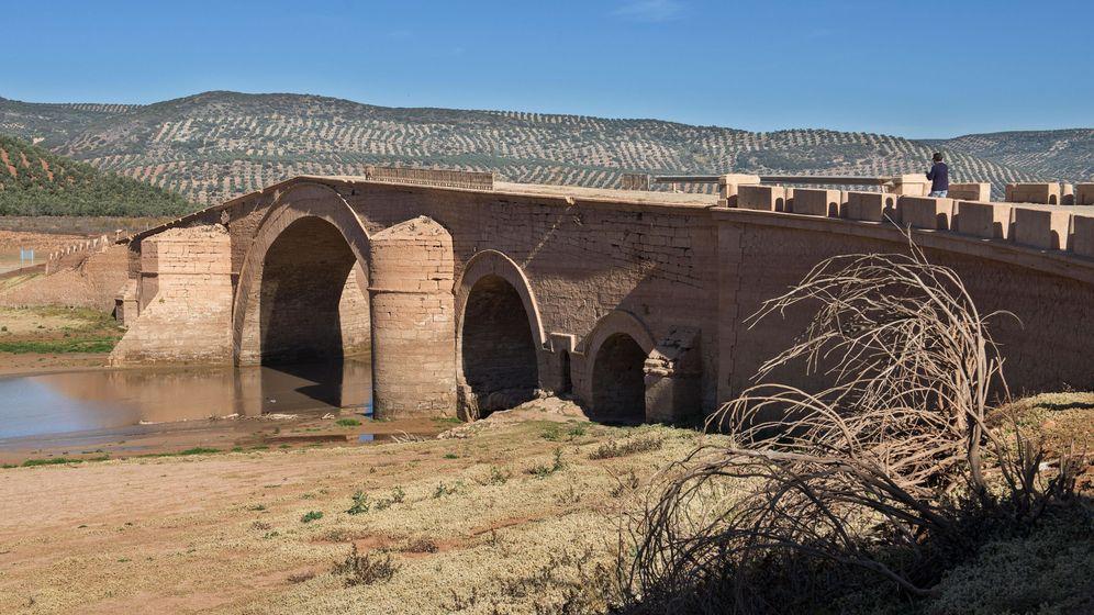Foto: La sequía también ha afectado al embalse del Giribaile, entre Linares y Úbeda, en Jaén, dejando al aire obras que antes estaban bajo el agua (EFE)