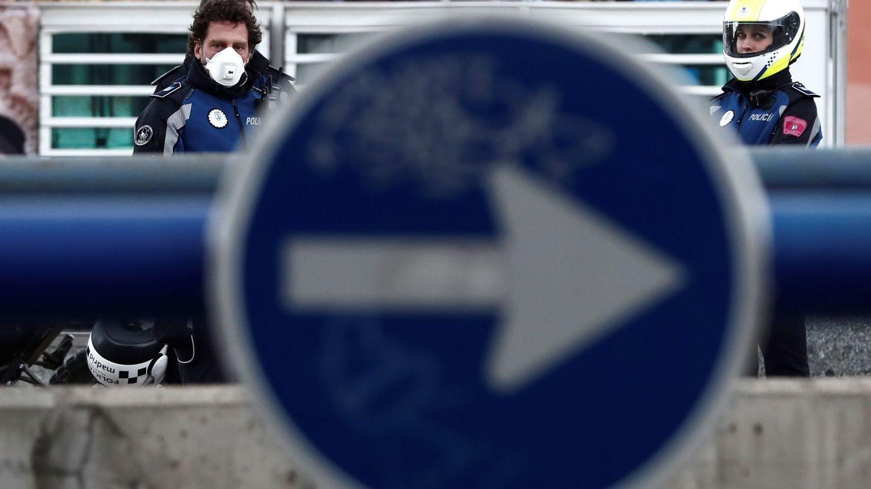 Policías con mascarilla en un control en Madrid. (EFE)