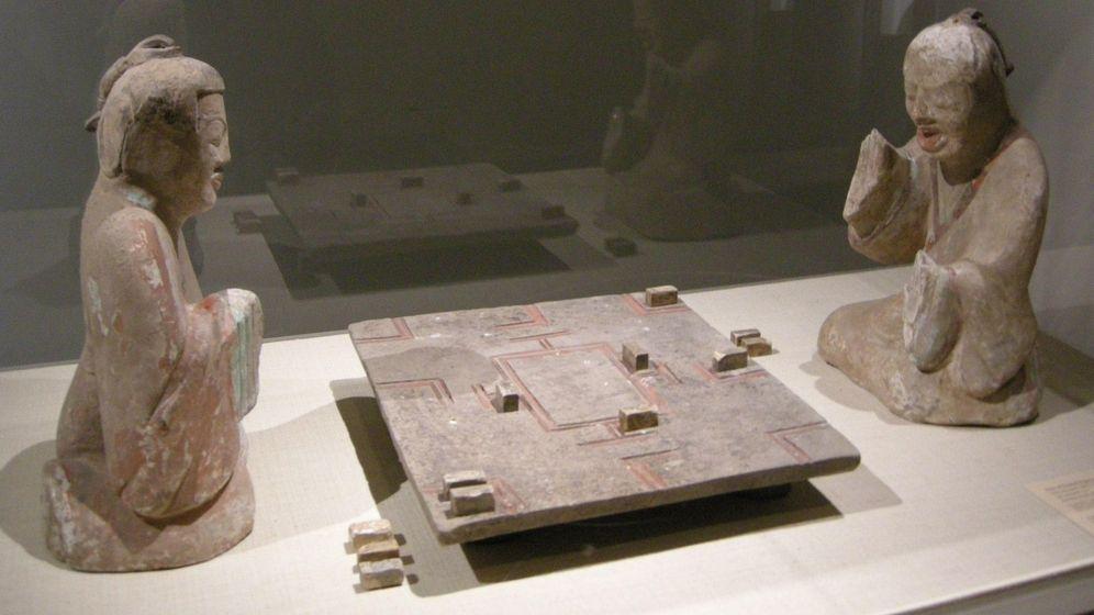 Foto: Dos estatuas de aristócratas jugando al Liubo, halladas en un enterramiento del periodo de la dinastía Han del Este (25–220 a.C)